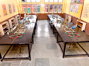 science lab - universal academy dehradun
